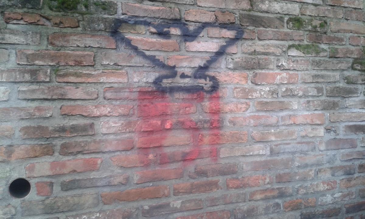 Scritte con l'aquila sui muri di tutta lacittà